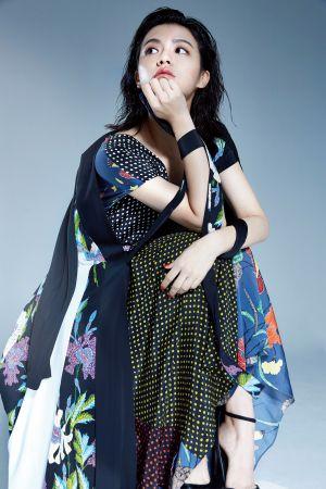 圖騰拼接長洋裝、印花拼接裹身洋裝,both by DVF。