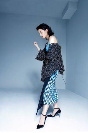 拼接設計洋裝、圓點圖樣裹身襯衫、繫踝尖頭高跟鞋,all by DVF。