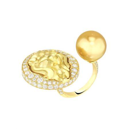 Lion Talisman 戒指,黃K金鑲鑽石及金色養珠,Chanel。