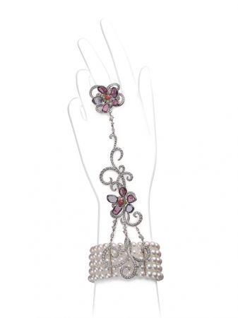 K金鑲嵌珍珠、彩寶與鑽石戒鐲,Mikimoto。