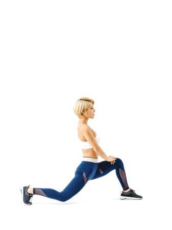 2 維持這個姿勢,身體向左轉,讓上半身和雙腳腳尖向左。這時上半身要打直,右大腿前面的肌肉一定要有被拉開的感覺。這個姿勢維持20秒,然後用相同的方法伸展另外一邊。