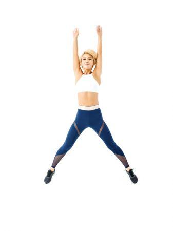 2 跳起來的同時雙腳打開,雙手往天空伸直。總共要連續跳50次。