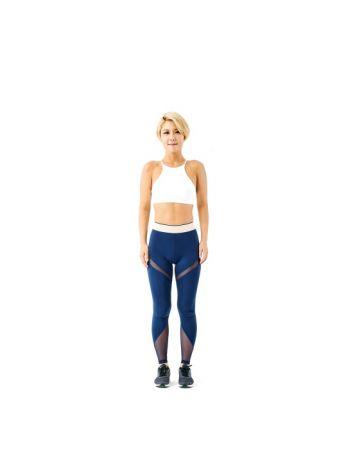《開合跳50》鍛鍊全身肌肉1 身體站直。