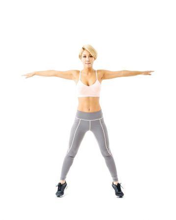 第三招《PT體操》就是針對大部分女孩在意的下半身,腰間肉、肥大臀。1:身體站直、雙腳併攏,雙手自然垂在身體兩側。2:跳起來的同時雙手雙腳張開,用身體做出大字形。