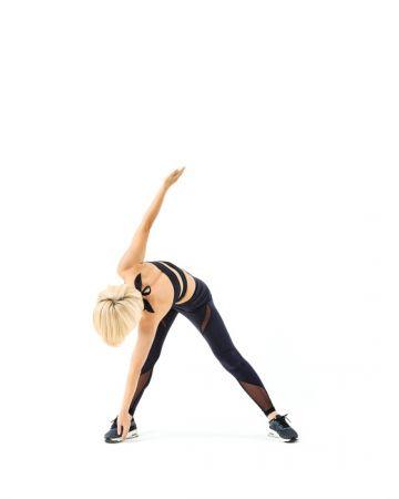 3 接著換用左手指尖碰右腳腳踝。手如果碰不到也沒關係,盡量把距離拉近就可以了。步驟2∼3做完算1次。