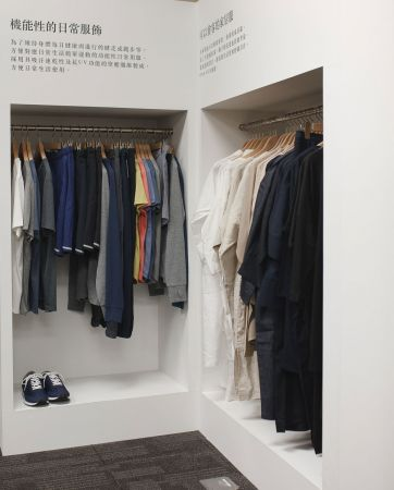 Running系列為MUJI無印良品首次嘗試開發具機能服飾的運動商品群,強調吸濕快乾、質感輕盈的運動款服飾,不僅適合輕度運動時穿著,即便在日常生活中也同樣能成為舒適且實用穿搭單品。(限定門市販售:微風、統一時代、台南、台中,預計5月上市)One Size系列以「可以會客的家居服」作為設計理念,為考量居家生活需求,連袖子的長度也經過仔細計算。單一款尺寸可以對應不同的體型及年齡穿著,因此在設計與色彩運用上更強調基本與簡約。(限定門市販售:微風、統一時代、台南、台中,預計3月底上市)