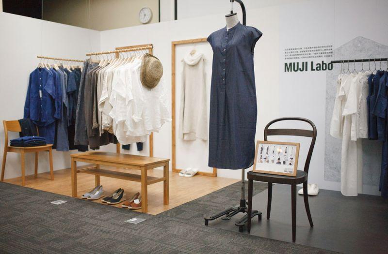 MUJI Labo系列作為品牌實驗性(LABORATORY)服飾,今年攜手日本設計師—尾花大輔、堀内太郎帶來全新設計,強調基本款且符合個人風格的穿著方式。 (限定門市販售:微風、統一時代、台中)