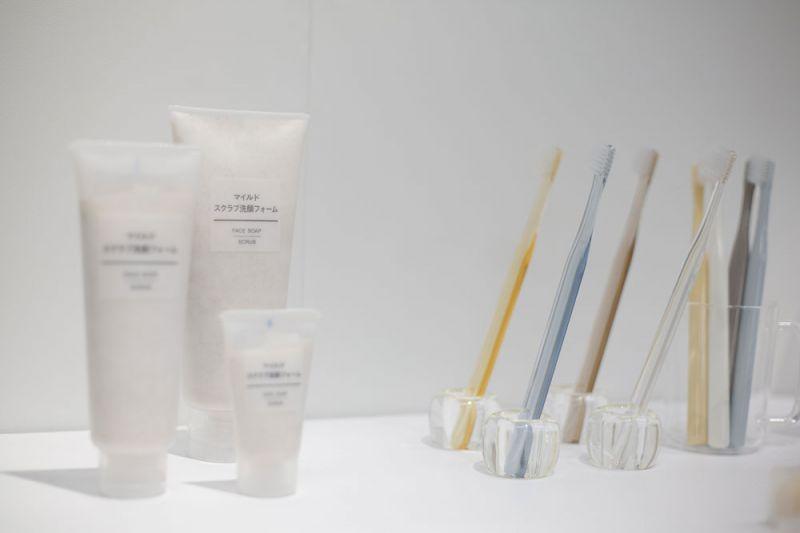 MUJI溫和去角質洗面乳為傾聽消費者建議並實踐對環境保護的承諾,去除塑膠微粒成分,以天然的蜜桃核去除肌膚老廢角質,洗淨毛孔污垢並添加金縷梅精華,達到緊緻效果。(預計5月上市)