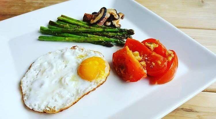 狀況一:沒有胃口?先找出沒食慾原因。可能前晚吃了消夜導致早上沒胃口;或許是作息不正常,餐與餐的順序亂了。如果前晚吃了消夜,早上起來食物尚未完全消化,沒有飢餓感,想要啟動身體的代謝機能,需要的是維生素、礦物質或含酵素食品。選擇高纖蔬果沙拉、喝一點帶酸的果汁,例如:柳橙汁,優格、優酪乳會有很大的幫助,促進腸胃蠕動,不妨適時地走動讓身體活絡起來。營養師建議餐與餐最好間隔4-5小時,如果比較晚起吃早餐,那吃中餐的時間也一起延後,晚餐也是如此,要以整天的作息安排進食的時間,最好是將三餐時間固定。(接右頁→→→)