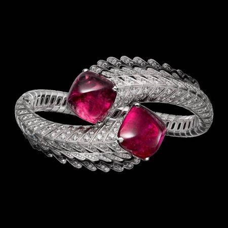 碧璽(電氣石)能通電,一直以來被認為是有能量的寶石。紅碧璽鑽石手環,Cartier。