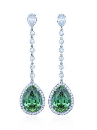 碧璽(電氣石)能通電,一直以來被認為是有能量的寶石。綠碧璽鑽石耳環, Tiffany & Co.。
