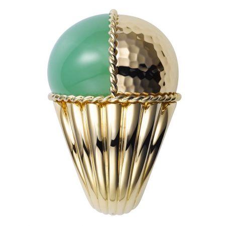 玉髓就是不透明的水晶,跟水晶一樣具有能量。黃K金鑲嵌綠玉髓戒指,Cartier。