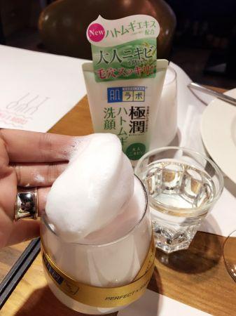 肌研極潤健康深層清潔調理洗面乳,一點點的量,即可打造綿密泡沫。