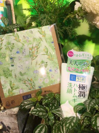 台灣也首次與日本有全世界最細纖維布之稱的品牌PikkaPikka合作,推出插畫洗臉巾,洗臉巾上有可愛的肌研健康洗面乳。