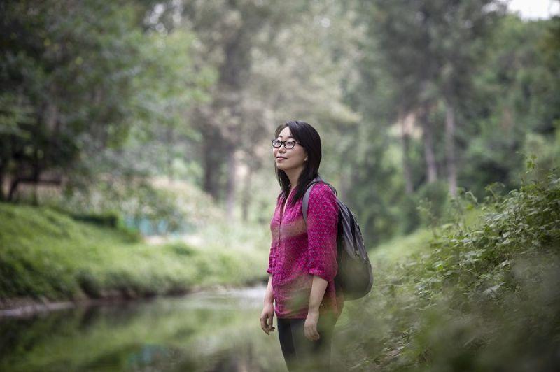 勞力士青年雄才獎得主姜吉榕,站在西安農村一條受汙染的溪流旁。