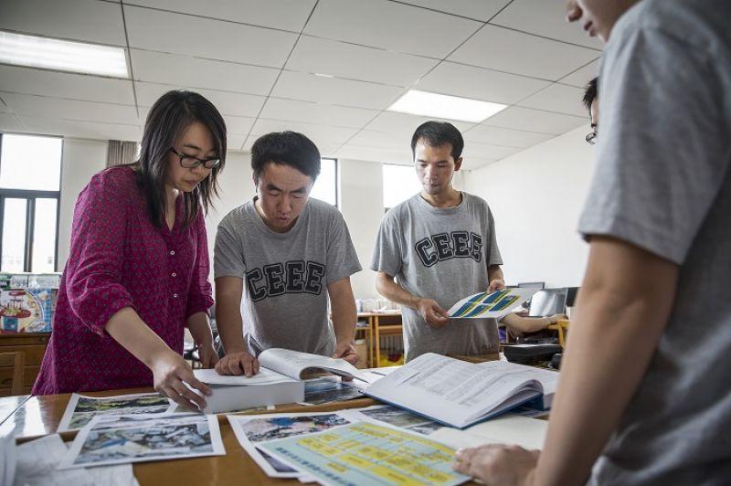 姜吉榕和團隊夥伴正準備田野調查的資料