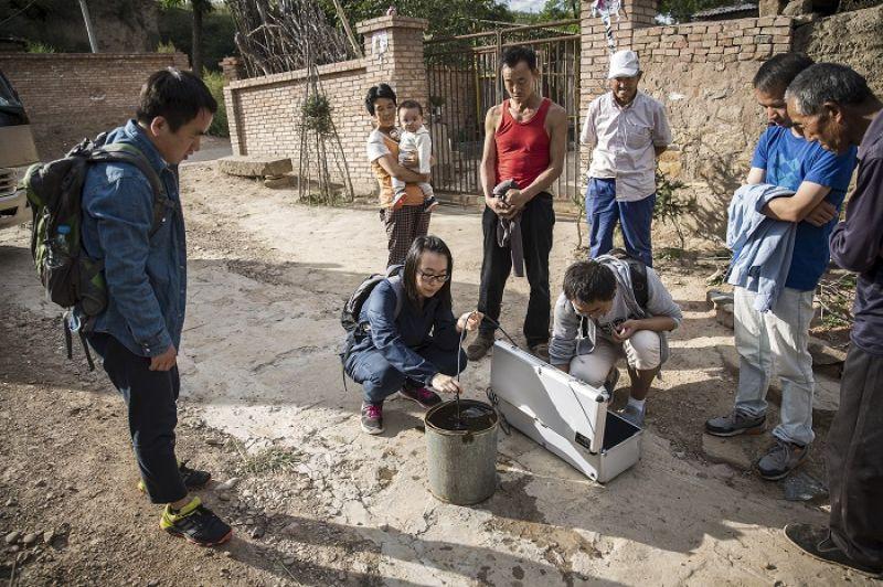 姜吉榕和團隊測試井水水質,這直接影響了留在農村的老弱婦孺的健康