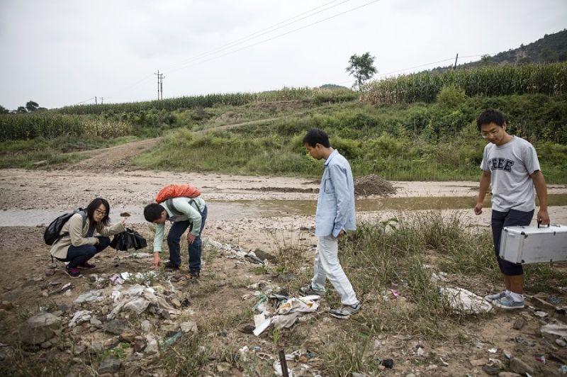 團隊檢驗被丟棄在河邊的廢棄物