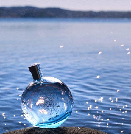 Hermes調香師Christine Nagel在海洋與星空的藍色夢境中,融合木香和礦物香,嗅得液態的質感,如浪花拂掠沙灘;廣藿香的溫暖尾韻,帶來笑語歡騰的氣息清新奔放;鵝卵石的海水滋味非比尋常,如大地珍寶奇蹟閃耀。