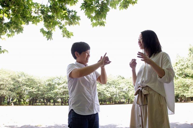 手語的溝通方式不僅涵蓋手部的動作,也要判讀對方的表情。