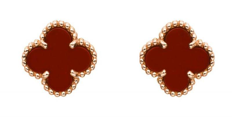 玉髓就是不透明的水晶,跟水晶一樣具有能量。玫瑰金鑲嵌紅玉髓耳環,Van Cleef & Arpel。
