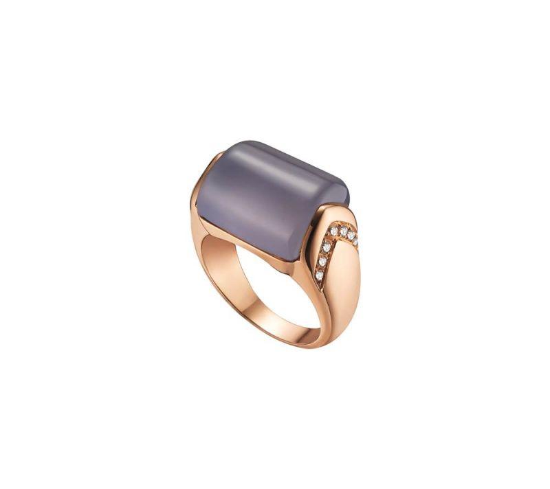 玉髓就是不透明的水晶,跟水晶一樣具有能量。玫瑰金鑲嵌藍玉髓與鑽石戒指,Bulgari。