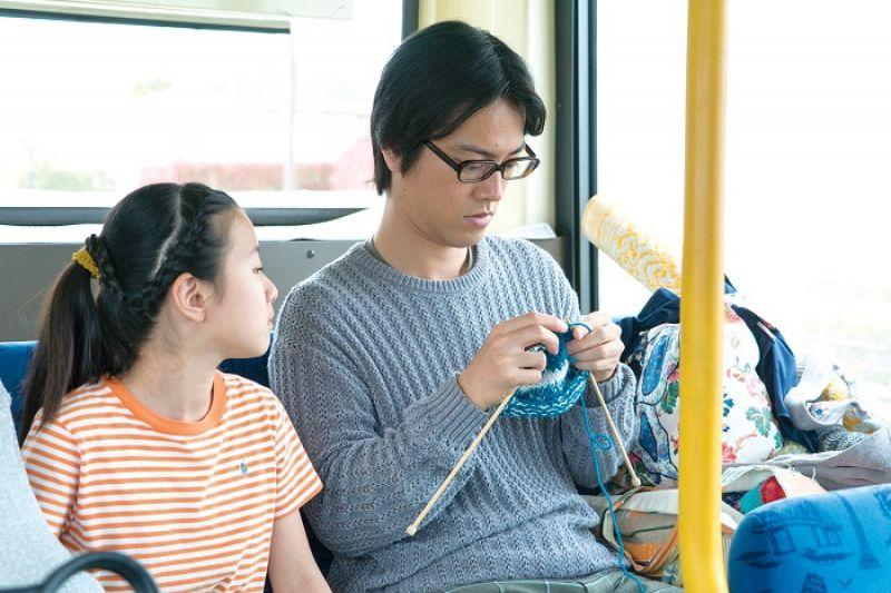 舅舅的女友凜子說:覺得悲傷或憤怒的時候,就編織吧。