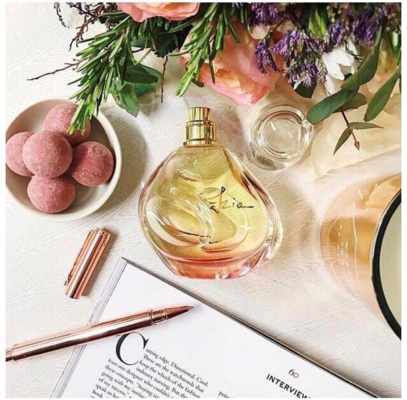 Izia以Sisley伯爵夫人暱稱命名的香水,是由夫人私人花園裡品種不可考的玫瑰而來