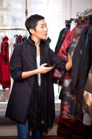 穿上SHIATZY CHEN中式黑色外套,搭配蕾絲圍巾有種衝突的酷酷女人味
