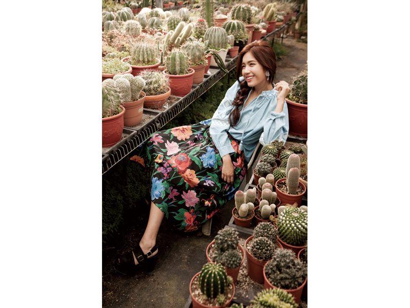 蕾絲花邊裝飾氣球袖淺色牛仔上衣、繽紛印花圓裙、 粗跟繫帶涼鞋