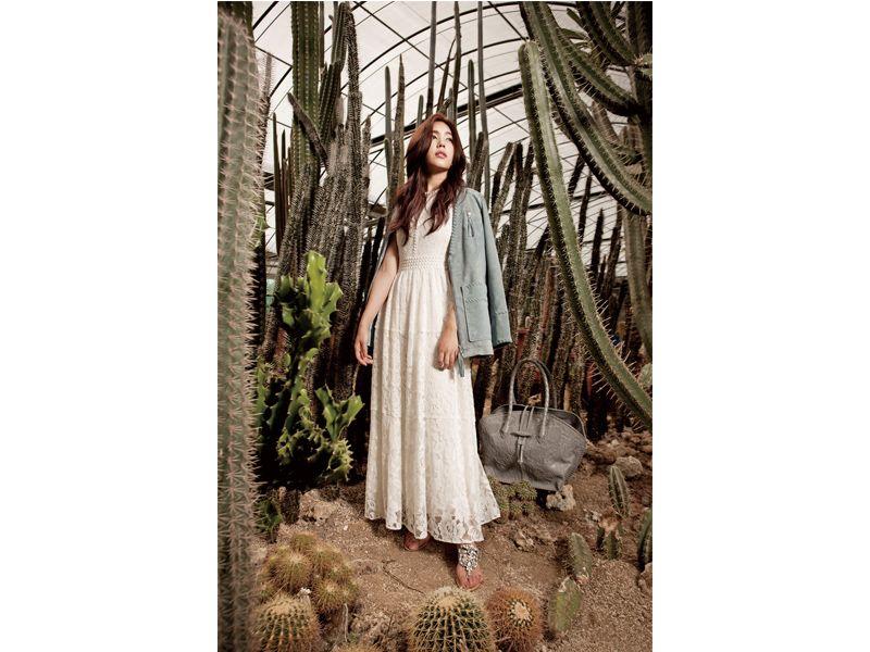 米白色蕾絲洋裝、藍灰色麂皮外套、珠飾涼鞋、手工精雕皮革灰色肩包