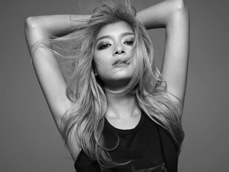 Visée AVANT形象廣告中,以超模攝影棚為場景,拍攝團隊真實呈現超模粧容、髮型、服裝等細節,代言人Rola在鏡頭前完美詮釋各種姿態與時尚態度。