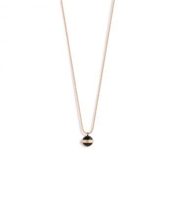 Possession18K 玫瑰金項鍊,鑲嵌單顆圓形美鑽(約重0.02克拉)及2顆黑縞瑪瑙圓珠(約重15.72克拉)G33PA100 台幣參考價格133,000元