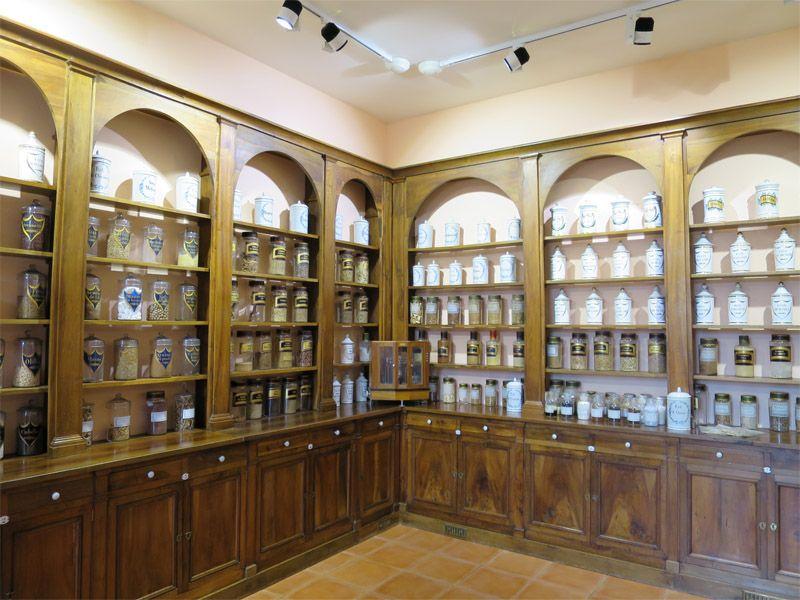 堅持一貫的「植萃」精神,在皮耶法柏大藥廠所屬的植物園中,除了栽植很多珍稀植物,還保有歷年傳承的法國植物藥典研究收藏。