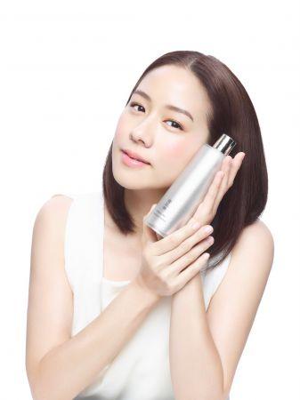 氣質女星林嘉欣外型甜美溫柔,內心堅毅的形象,被日本保護品牌Kose 雪肌精全新御雅系列相中,成為台港中今年度的代言人。