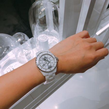 Chanel 香奈兒現在幾點鐘?香奈兒女士來告訴你:一手是時針,一手是分針,實在太可愛啦!全球限量555只,售價是歐元6,900,女孩們準備搶購吧!