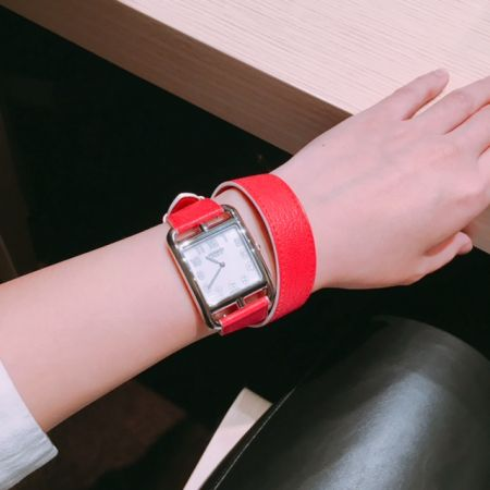 Day 2 - 2017.3.23Hermes 愛馬仕雙圈皮錶帶的Cape Code腕錶超美,很適合跟自己的飾品混搭,今年推出的全黑款Cape Code Shadow很有個性,尺寸是29mm,女生戴起來也很剛好。