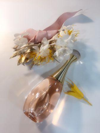2017年推出的 J'adore in joy 愉悅淡香水,可說是2000年推出以來我最愛的 J'adore版本,極為優雅、清新,甚至有一點小文青,帶來感官上立即性的悸動。調香師解釋,那是加入過去味覺才能感受的鹽味,同時也調整了馬達加斯加貝島依蘭依蘭的萃取方式,使氣味變得更加輕盈,很適合春天的暖陽、咖啡香的午后,與閱讀時的閑情。至今,每一次拿起瓶身,我的內心都極為渴望再次體驗這個美妙感受,像見到初戀情人一樣。推薦者:Marie Claire美容健康總監 忻潔