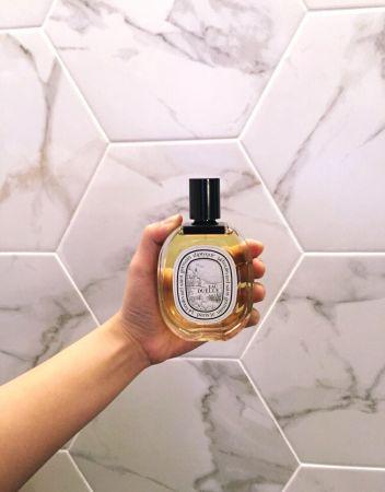 Diptyque EAU DUELLE杜耶爾香水這支就是所謂的第二眼帥哥!不會第一眼就愛上,但是一回頭出乎意料驚豔的味道。我自己是很容易暈香的人,對粉味、玫瑰味的香水特別容易暈,而這瓶是diptyque首款以「香草」為主角的辛香調淡香水。溫暖又清新的香調加上被視為蘭花中等級最高、極為珍貴的「波本梵尼蘭」配上中性十足的「乳香」、以及清新的粉紅胡椒,又濃郁又清新好春天的。推薦者:Marie Claire服裝編輯 劉芒