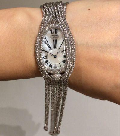 Breguet鵝蛋形的錶殼,球形錶耳,修長的數字時標,珍珠母貝面盤,金質流蘇能搖曳擺動... Breguet寶璣Naples那不勒斯系列,絕對是Baselworld錶展期間最有氣質的錶款。