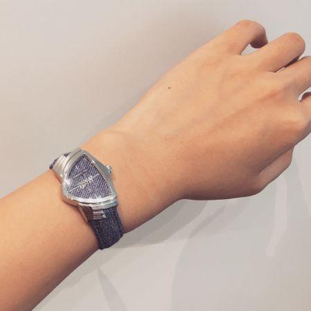 Hamilton三角形的錶殼夠特別了吧!除了有以麥克風為靈感的貓王款,使用3D列印技術的仿丹寧布料面盤,就跟jeans一樣隨性好搭。