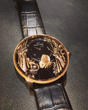 Jaquet Droz瑞士的傳統製錶工藝,除了功能以外,機械玩偶、大明火琺瑯、金雕…都是JD的拿手絕活,Butterfly腕錶上鍊後,面盤上頭的金雕蝴蝶會翩翩振翅,超美超夢幻,根本藝術品!