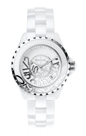 J12 Graffiti 腕錶直徑33、38兩種尺寸,各限量發行1200枚白色高科技精密陶瓷及精鋼白色漆面錶盤搭配鍍銠數字石英機芯防水200米售價NT149,000-169,000元
