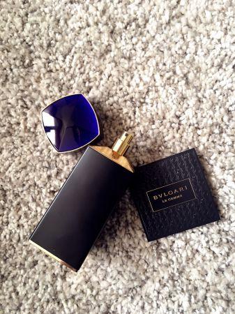 接近天鵝絨藍的色彩的「彥藍寶石香水」,是3款香水中偏冷調的氣息,象徵著魔幻智慧。