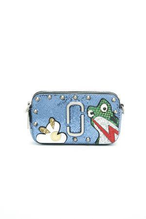 青蛙圖樣 Snapshot 側背小包。