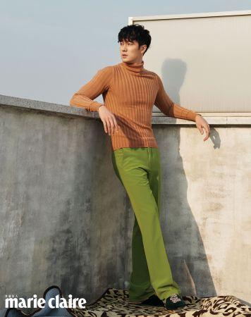 駝色高領上衣、綠色長褲、天鵝絨綴飾便鞋,all by Gucci。