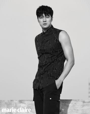 黑色無袖襯衫、黑色長褲,both by Dior Homme。