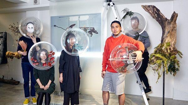質物霽畫團隊,李霽(右二)著紅色棉質Racer 上衣、灰色棉質短褲,由 Club21/Rag&Bone 提供