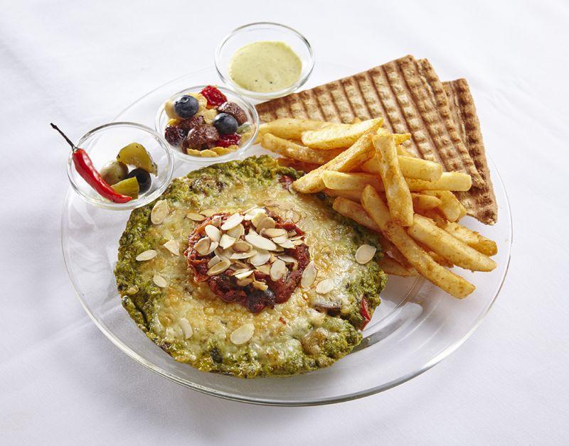 Toasteria Cafe永康 堪稱為西班牙國民早餐的西班牙馬鈴薯烘蛋,烘出馬鈴薯甜紅椒的口感與厚度最是特別搭配經典醃菜小黃瓜辣椒橄欖與大蒜,辣辣的好開胃。
