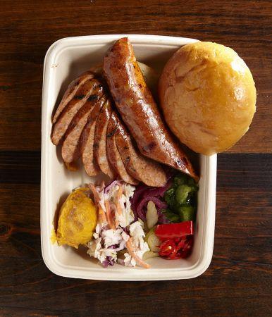 Mighty Quinn's 麥笛昆BBQ 以獨家香料醃製及低溫燻烤的「煙燻香腸」,有著異國香料加持,口感微辣刺激又開胃。搭上布里歐麵包、淋上楓糖漿和山河濤的陶鍋甜薯泥或者繼續追加「辣香醬薯條」